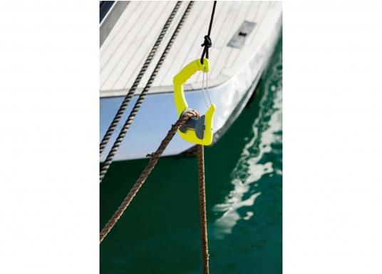 Anlegen war nie so einfach! Der GHOOK besteht aus einem Griff mit einer eingebauten Rolle und einem Sicherungsbügel. Zusätzlich kann ein Tau an dem dazu vorgesehenen Loch befestigt werden, welches die Handhabung des GHOOK's auf größeren Booten erleichtert. (Bild 3 von 6)