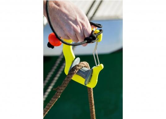 Anlegen war nie so einfach! Der GHOOK besteht aus einem Griff mit einer eingebauten Rolle und einem Sicherungsbügel. Zusätzlich kann ein Tau an dem dazu vorgesehenen Loch befestigt werden, welches die Handhabung des GHOOK's auf größeren Booten erleichtert. (Bild 5 von 6)