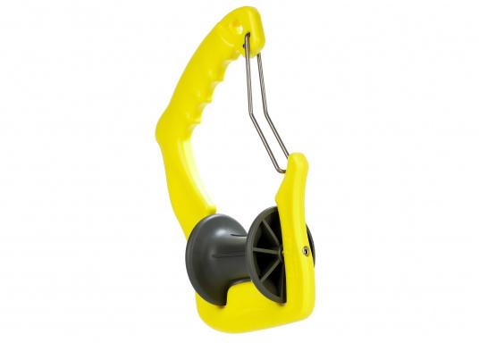 Anlegen war nie so einfach! Der GHOOK besteht aus einem Griff mit einer eingebauten Rolle und einem Sicherungsbügel. Zusätzlich kann ein Tau an dem dazu vorgesehenen Loch befestigt werden, welches die Handhabung des GHOOK's auf größeren Booten erleichtert.