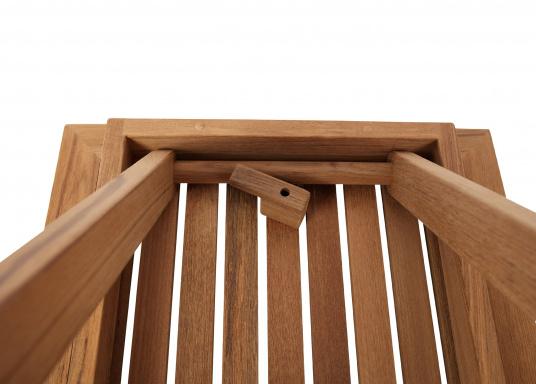 Hochwertiger Klapptisch (70 x 50 cm), gefertigt aus edlem, ungeöltem Teak-Holz. Der Tisch ist absolut witterungsbeständig und kann im zusammengeklappten Zustand äußerst platzsparend verstaut werden. Daher ist der Tisch idealfür den Einsatz an Bord geeignet. (Bild 3 von 4)