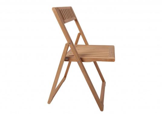 Hochwertiger Klappstuhl (53 x 47 x 78 cm), gefertigt aus edlem, ungeöltem Teak-Holz. Der Stuhl ist absolut witterungsbeständig und kann im zusammengeklappten Zustand äußerst platzsparend verstaut werden. Daher ist er ideal für den Einsatz an Bord geeignet. (Bild 3 von 4)