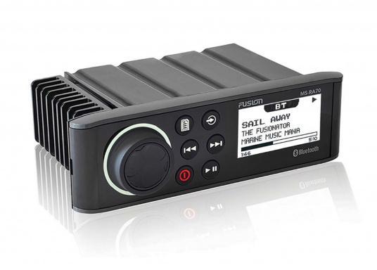 Das wasserfeste FUSION MS-RA70NKT verfügt über ein integriertes Bluetooth-Modul, über das die Musik vom Smartphone aus gestreamt werden kann. Zusätzlich verfügt dieses System über eine NMEA2000 Schnittstelle. Inklusive Lautsprecher.   (Bild 2 von 3)