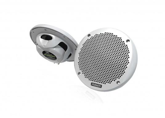 Das wasserfeste FUSION MS-RA70NKT verfügt über ein integriertes Bluetooth-Modul, über das die Musik vom Smartphone aus gestreamt werden kann. Zusätzlich verfügt dieses System über eine NMEA2000 Schnittstelle. Inklusive Lautsprecher.   (Bild 3 von 3)