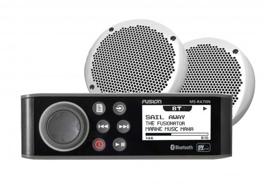 Das wasserfeste FUSION MS-RA70NKT verfügt über ein integriertes Bluetooth-Modul, über das die Musik vom Smartphone aus gestreamt werden kann. Zusätzlich verfügt dieses System über eine NMEA2000 Schnittstelle. Inklusive Lautsprecher.