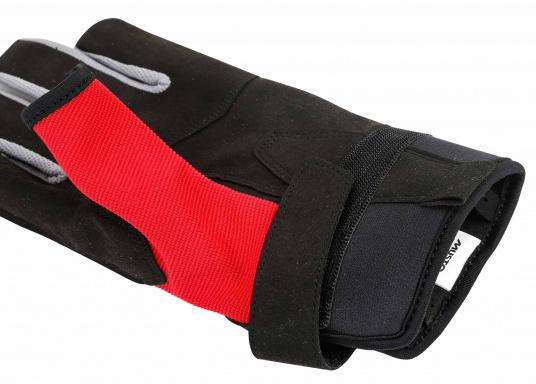 Der Musto Langfinger Segelhandschuh besteht aus 4-Wege Stretch Dynamic Mesh,welches nicht nur atmungsaktiv ist, sondern auch in Kombination mit der natürlichen Handform großen Komfort bei voller Bewegungsfreiheit bietet. (Bild 4 von 6)