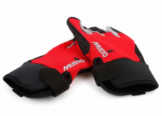 Der Musto Langfinger Segelhandschuh besteht aus 4-Wege Stretch Dynamic Mesh,welches nicht nur atmungsaktiv ist, sondern auch in Kombination mit der natürlichen Handform großen Komfort bei voller Bewegungsfreiheit bietet. (Bild 6 von 6)
