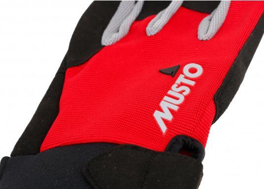 Der Musto Kurzfinger Segelhandschuh besteht aus 4-Wege Stretch Dynamic Mesh, welches nicht nur atmungsaktiv ist, sondern auch in Kombination mit der natürlichen Handform großen Komfort bei voller Bewegungsfreiheit bietet. (Bild 4 von 8)