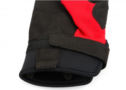 Der Musto Kurzfinger Segelhandschuh besteht aus 4-Wege Stretch Dynamic Mesh, welches nicht nur atmungsaktiv ist, sondern auch in Kombination mit der natürlichen Handform großen Komfort bei voller Bewegungsfreiheit bietet. (Bild 5 von 8)