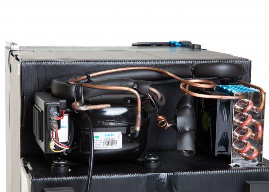 Innovativer Kompressor-Kühlschrank CRE-65 von DOMETIC. 2-in-1 Lösung mit herausnehmbaren Gefrierfach, so haben Sie bei Bedarf mehr Platz für weiteres Kühlgut. EIneintelligente Elektronik steuert die Drehzahl des Kompressors, der Energieverbrauch kann dadurch um bis zu 25% verringert werden. (Bild 6 von 6)