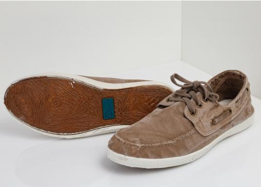 Dieser nachhaltige Mokassinsaus Bio-Baumwolle besticht mit seinem modischen Design. Basierend auf einem traditionellen Bootsschuh mit 3-Loch-Schnürung und einer flachen Zierkordel auf der Aussenseite ist dieser Schuh der perfekte Begleiter für wärmere Tage. (Bild 3 von 9)