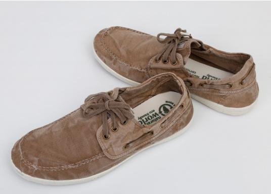 Dieser nachhaltige Mokassinsaus Bio-Baumwolle besticht mit seinem modischen Design. Basierend auf einem traditionellen Bootsschuh mit 3-Loch-Schnürung und einer flachen Zierkordel auf der Aussenseite ist dieser Schuh der perfekte Begleiter für wärmere Tage. (Bild 6 von 9)