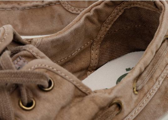 Dieser nachhaltige Mokassinsaus Bio-Baumwolle besticht mit seinem modischen Design. Basierend auf einem traditionellen Bootsschuh mit 3-Loch-Schnürung und einer flachen Zierkordel auf der Aussenseite ist dieser Schuh der perfekte Begleiter für wärmere Tage. (Bild 7 von 9)
