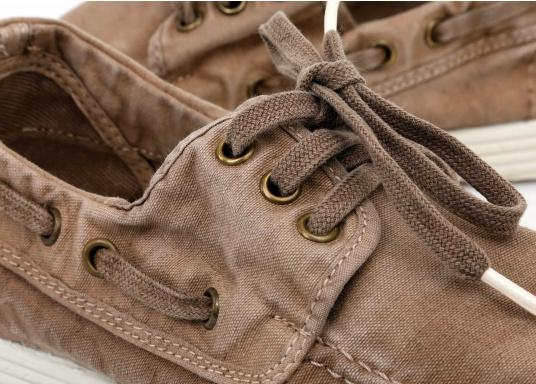 Dieser nachhaltige Mokassinsaus Bio-Baumwolle besticht mit seinem modischen Design. Basierend auf einem traditionellen Bootsschuh mit 3-Loch-Schnürung und einer flachen Zierkordel auf der Aussenseite ist dieser Schuh der perfekte Begleiter für wärmere Tage. (Bild 8 von 9)