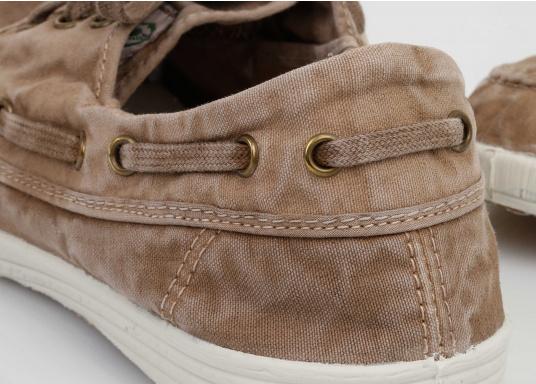 Dieser nachhaltige Mokassinsaus Bio-Baumwolle besticht mit seinem modischen Design. Basierend auf einem traditionellen Bootsschuh mit 3-Loch-Schnürung und einer flachen Zierkordel auf der Aussenseite ist dieser Schuh der perfekte Begleiter für wärmere Tage. (Bild 9 von 9)
