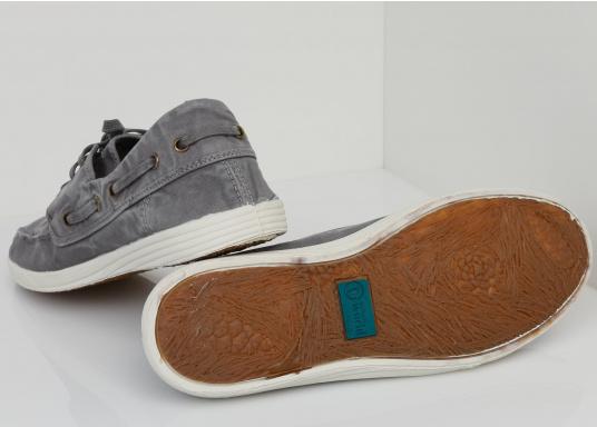 Dieser nachhaltige Mokassinsaus Bio-Baumwolle besticht mit seinem modischen Design. Basierend auf einem traditionellen Bootsschuh mit 3-Loch-Schnürung und einer flachen Zierkordel auf der Außenseite ist dieser Schuh der perfekte Begleiter für wärmere Tage. (Bild 2 von 10)