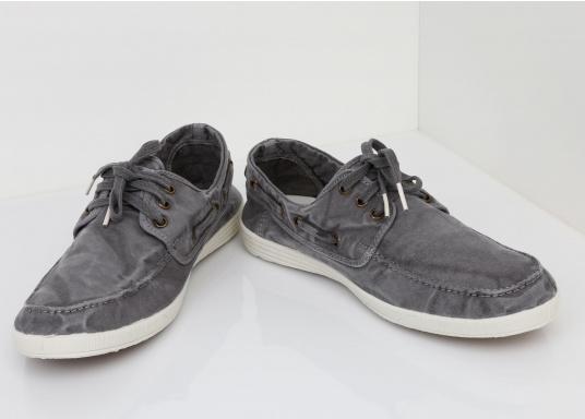 Dieser nachhaltige Mokassinsaus Bio-Baumwolle besticht mit seinem modischen Design. Basierend auf einem traditionellen Bootsschuh mit 3-Loch-Schnürung und einer flachen Zierkordel auf der Außenseite ist dieser Schuh der perfekte Begleiter für wärmere Tage. (Bild 3 von 10)