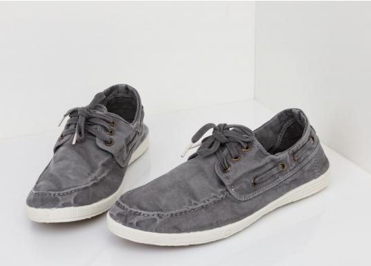 Dieser nachhaltige Mokassinsaus Bio-Baumwolle besticht mit seinem modischen Design. Basierend auf einem traditionellen Bootsschuh mit 3-Loch-Schnürung und einer flachen Zierkordel auf der Außenseite ist dieser Schuh der perfekte Begleiter für wärmere Tage. (Bild 4 von 10)