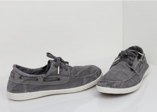 Dieser nachhaltige Mokassinsaus Bio-Baumwolle besticht mit seinem modischen Design. Basierend auf einem traditionellen Bootsschuh mit 3-Loch-Schnürung und einer flachen Zierkordel auf der Außenseite ist dieser Schuh der perfekte Begleiter für wärmere Tage. (Bild 6 von 10)