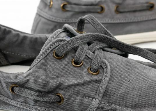Dieser nachhaltige Mokassinsaus Bio-Baumwolle besticht mit seinem modischen Design. Basierend auf einem traditionellen Bootsschuh mit 3-Loch-Schnürung und einer flachen Zierkordel auf der Außenseite ist dieser Schuh der perfekte Begleiter für wärmere Tage. (Bild 9 von 10)