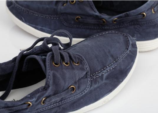 Dieser nachhaltige Mokassinsaus Bio-Baumwolle besticht mit seinem modischen Design. Basierend auf einem traditionellen Bootsschuh mit 3-Loch-Schnürung und einer flachen Zierkordel auf der Außenseite ist dieser Schuh der perfekte Begleiter für wärmere Tage. (Bild 3 von 11)