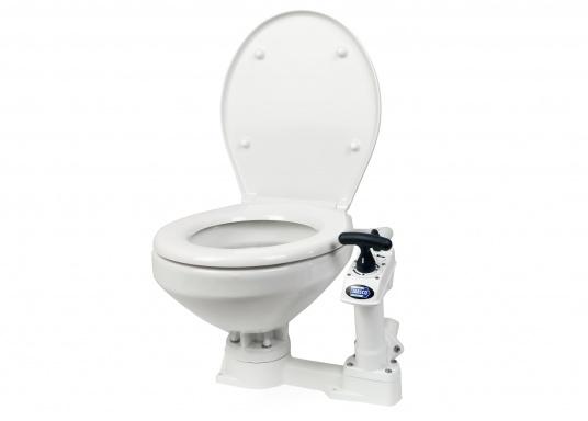 Das neue JABSCO Bord WC NEW STYLE mit manueller Pumpe steht für noch mehr Komfort. Neben dem großen Komfortbecken verfügt die Toilette über einen Soft Close-Deckel. Keramikbecken, massiver Sitz und Deckel, Unterteil und Pumpe bestehen aus weißem Duroplast-Kunststoff.