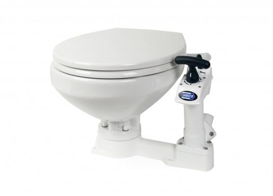 Das neue JABSCO Bord WC NEW STYLE mit manueller Pumpe steht für noch mehr Komfort. Neben dem großen Komfortbecken verfügt die Toilette über einen Soft Close-Deckel. Keramikbecken, massiver Sitz und Deckel, Unterteil und Pumpe bestehen aus weißem Duroplast-Kunststoff. (Bild 2 von 9)