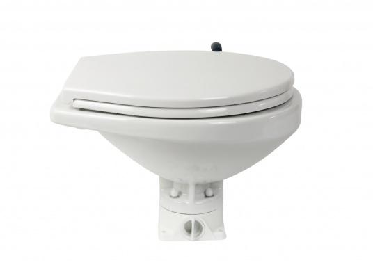 Das neue JABSCO Bord WC NEW STYLE mit manueller Pumpe steht für noch mehr Komfort. Neben dem großen Komfortbecken verfügt die Toilette über einen Soft Close-Deckel. Keramikbecken, massiver Sitz und Deckel, Unterteil und Pumpe bestehen aus weißem Duroplast-Kunststoff. (Bild 7 von 9)