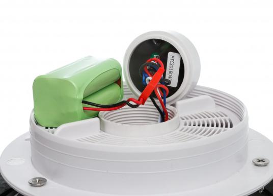 Jetzt wird die Solarenergie vollständig genutzt: der Ventilator DAY&NIGHTwird angetrieben und gleichzeitig wird ein eingebauter NiMh-Akku aufgeladen. Dieser Akku sorgt dann in der Nacht bzw. ohne Sonneneinstrahlung bis zu 24 Stunden lang für den Betrieb des Ventilators. Zusätzlich kann eine kleine helle LED in der Mitte der Lüfterunterseite als Orientierungslicht genutzt werden. (Bild 4 von 7)