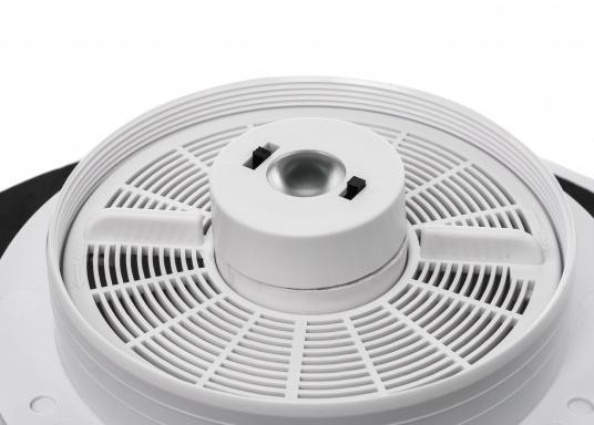 Jetzt wird die Solarenergie vollständig genutzt: der Ventilator DAY&NIGHTwird angetrieben und gleichzeitig wird ein eingebauter NiMh-Akku aufgeladen. Dieser Akku sorgt dann in der Nacht bzw. ohne Sonneneinstrahlung bis zu 24 Stunden lang für den Betrieb des Ventilators. Zusätzlich kann eine kleine helle LED in der Mitte der Lüfterunterseite als Orientierungslicht genutzt werden. (Bild 5 von 7)
