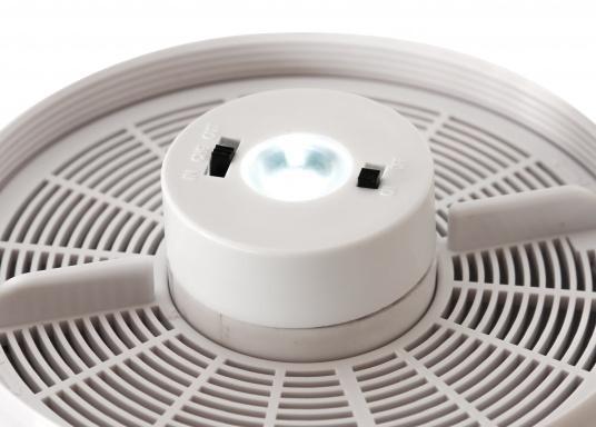 Jetzt wird die Solarenergie vollständig genutzt: der Ventilator DAY&NIGHTwird angetrieben und gleichzeitig wird ein eingebauter NiMh-Akku aufgeladen. Dieser kleine Akku sorgt dann in der Nacht bzw. ohne Sonneneinstrahlung bis zu 24 Stunden für den Betrieb des Ventilators. (Bild 6 von 6)