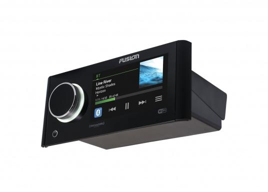 Das neue Marine Entertainment Radio MS-RA770 der Apollo Serie von FUSION bietet ein optimal abgestimmtes Soundprofil, Vielseitigkeit und Komfort. Das funktionelle Upgrade erlaubt Ihnen bis zu 12 seperat angesteuerte Lautsprecherpaare anzuschließen. Schnittstellen:Bluetooth, WiFi, NMEA2000, Ethernet RJ45 und USB. (Bild 6 von 8)