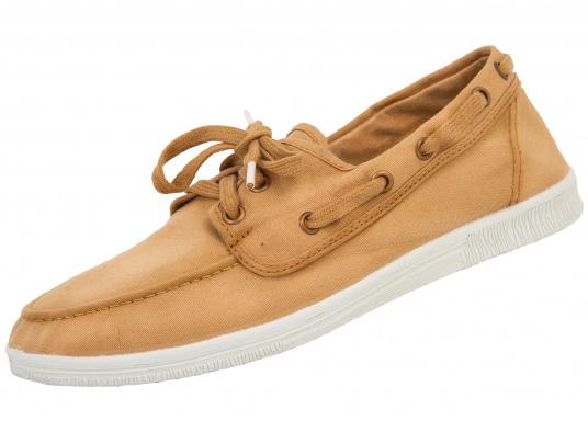 c1d28d3b417 Cette chaussure durable NAUTICO TINTADO de la marque NATURAL WORLD  interpelle par son design classique et