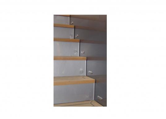 Étanche, extrêmement compacte, enjoliveur acier inox. Idéale sur les marches d'escalier, pour marquer les passages de secours ou en veilleuse. Pré-câblé avec 1,2 mètres de câble qualité marine. Multivolt™.   (Image 2 de 4)