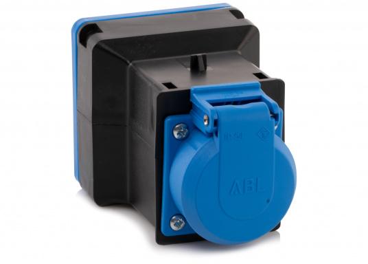 Hier finden Sie einen CEE-SCHUKO-Adapter für die Landstromübernahme. Belastbarkeit: 16 Ampere.