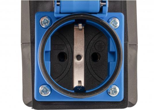 Hier finden Sie einen CEE-SCHUKO-Adapter für die Landstromübernahme. Belastbarkeit: 16 Ampere. (Bild 2 von 4)