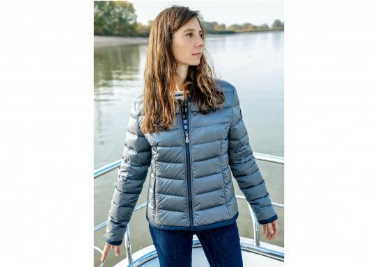 Wasserabweisende und winddichte Daunenjacke im gestreiften, glänzenden Design. Die Jacke besteht zu 100% aus Polyester, 90% aus Daunen und 10% aus Federn und verfügt über zwei große Reißverschlusstaschen. Farbe: marineblau-silber. Erhältlich in den Größen: 38 - 44. (Bild 5 von 5)