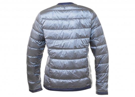 Wasserabweisende und winddichte Daunenjacke im gestreiften, glänzenden Design. Die Jacke besteht zu 100% aus Polyester, 90% aus Daunen und 10% aus Federn und verfügt über zwei große Reißverschlusstaschen. Farbe: marineblau-silber. Erhältlich in den Größen: 38 - 44. (Bild 2 von 5)