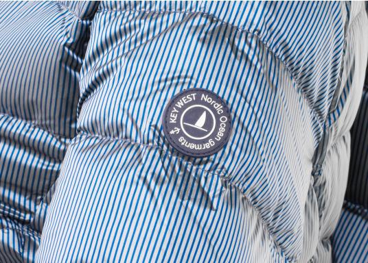 Wasserabweisende und winddichte Daunenjacke im gestreiften, glänzenden Design. Die Jacke besteht zu 100% aus Polyester, 90% aus Daunen und 10% aus Federn und verfügt über zwei große Reißverschlusstaschen. Farbe: marineblau-silber. Erhältlich in den Größen: 38 - 44. (Bild 3 von 5)