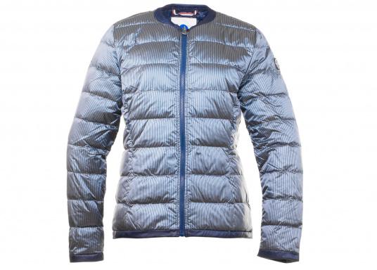 Wasserabweisende und winddichte Daunenjacke im gestreiften, glänzenden Design. Die Jacke besteht zu 100% aus Polyester, 90% aus Daunen und 10% aus Federn und verfügt über zwei große Reißverschlusstaschen. Farbe: marineblau-silber. Erhältlich in den Größen: 38 - 44.