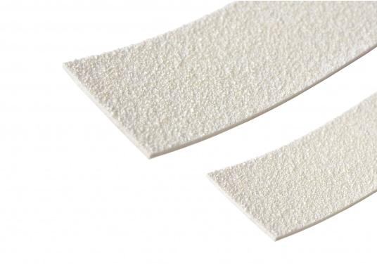 Diese selbstklebenden Antirutsch-Streifen weisen die gleichen Eigenschaften wie der TBS Decksbelag auf. Die Streifen können sehr einfach verlegt werden. Erhältlich in einer Rollenlänge von 10 m, Breite: 25 mm und 40 mm.