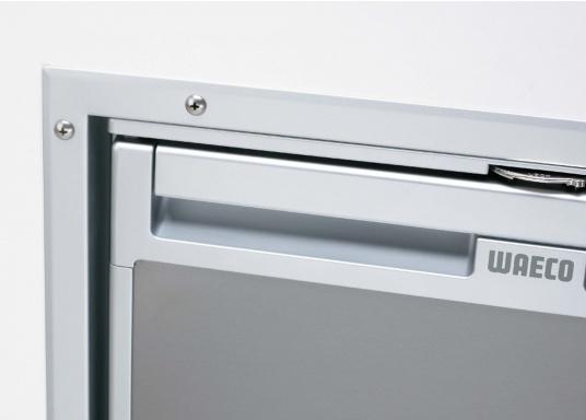 Die neuen 3-in-1 Kühlschränke! Die Kompressorkühlschränke der neuen CoolMatic CRX Serie sind geniale Verwandlungskünstler. Das Gefrierfach lässt sich ganz einfach herausziehen, um Platz zu schaffen für einen größeren Kühlraum.  (Bild 3 von 5)