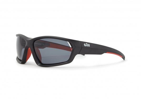 Die Sonnenbrille MARKER von Gill verfügt über eine modische Optik, die Fähigkeit zu schwimmen und bietet einen 100%-igen UV-Schutz. Farbe: schwarz.