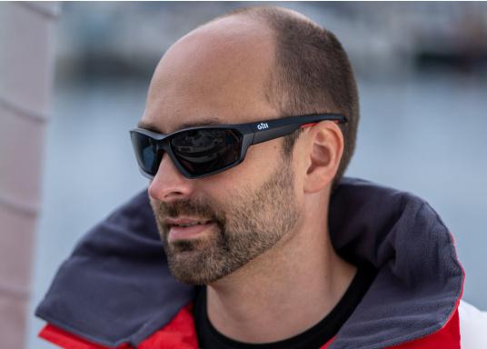 Die Sonnenbrille MARKER von Gill verfügt über eine modische Optik, die Fähigkeit zu schwimmen und bietet einen 100%-igen UV-Schutz. Farbe: schwarz. (Bild 4 von 4)