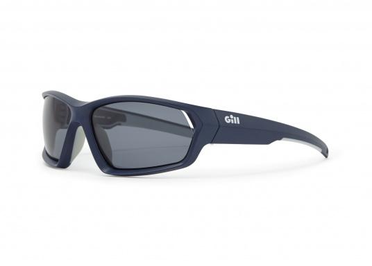 Die Sonnenbrille MARKER von Gill verfügt über eine modische Optik, die Fähigkeit zu schwimmen und bietet einen 100%-igen UV-Schutz. Farbe: blau.