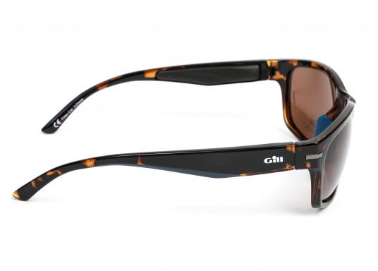 Die Sonnenbrille REFLEX II von Gill vereint Komfort und Stil!Helles Licht wird von den hochwertigen Gläsern blockiert, ohne dabei die Farben zu verfälschen und der Blendeffekt sowie die Spiegelungen werden als nicht mehr störend empfunden.Zusätzlich bietet die Sonnnebrille einen UV-Schutz von 400+.Farbe: matt-tortise. (Bild 2 von 5)