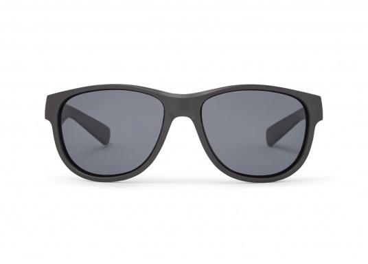 Die modische Sonnenbrille COASTEL bietet einen absoluten UV-Schutz und verfügt über polarisierende Gläser. Somit hilft Ihnen die Sonnenbrille dabei, auch bei hellem Licht eine optimale Sicht zu behalten. Farbe: schwarz. (Bild 3 von 3)