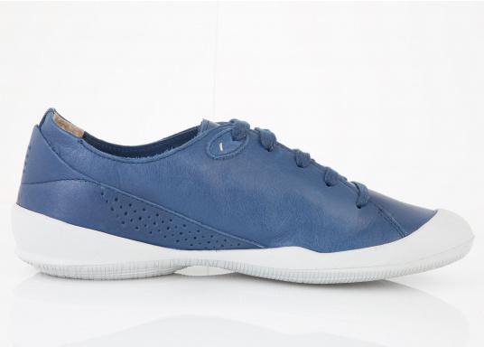 Der Umwelt verpflichtet, hat tbs den Damenschuh Vesper designed. Der Schuh bietet Flexibilität und Komfort. In der Farbe blau lässt sich der Schuh zu jedem Outfit kombinieren.  (Bild 2 von 5)