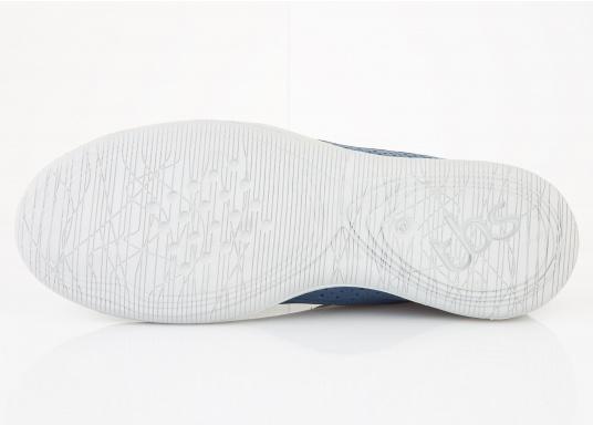 Der Umwelt verpflichtet, hat tbs den Damenschuh Vesper designed. Der Schuh bietet Flexibilität und Komfort. In der Farbe blau lässt sich der Schuh zu jedem Outfit kombinieren.  (Bild 3 von 5)