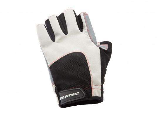 Der Handschuh DECKHAND wurde aus hochwertigem Ziegenleder hergestellt und ist mit Stretch-Einsatz am Handrücken, verstellbarem Klettverschluss am Handgelenk und verstärkten Handflächen ausgestattet. Version: ohne Finger. (Bild 3 von 5)