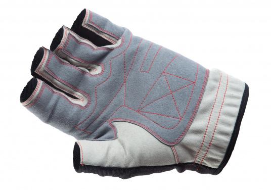 Der Handschuh DECKHAND wurde aus hochwertigem Ziegenleder hergestellt und ist mit Stretch-Einsatz am Handrücken, verstellbarem Klettverschluss am Handgelenk und verstärkten Handflächen ausgestattet. Version: ohne Finger.